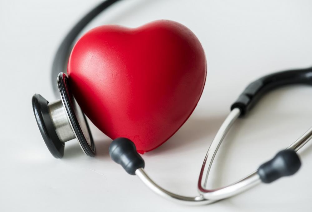 """""""síndrome do coração partido"""" e """"cardiomiopatia por estresse"""", ela ocorre quando os músculos do coração enfraquecem, causando dor no peito, falta de ar ou cansaço."""