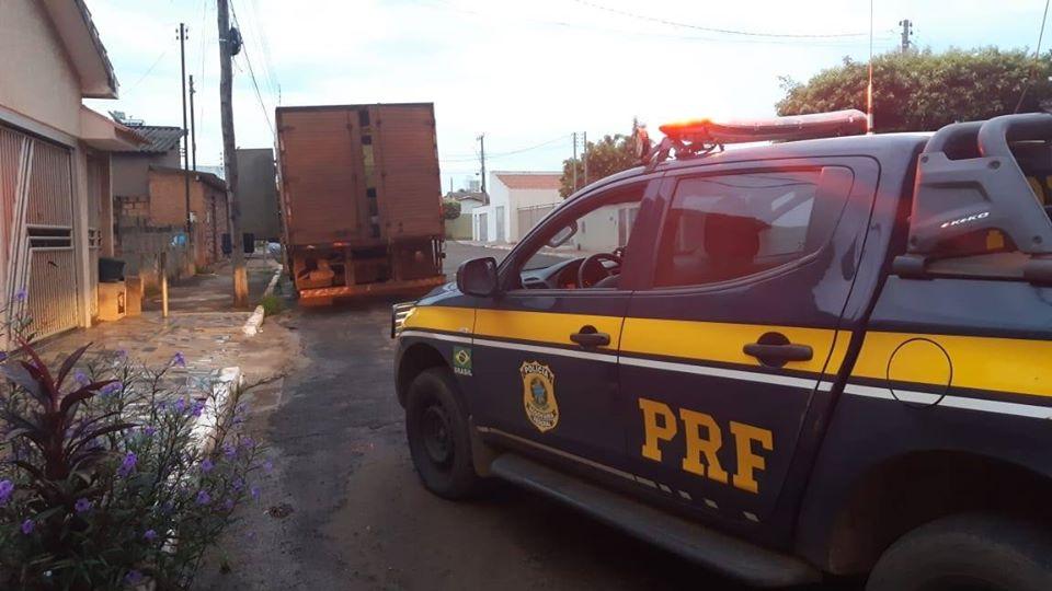 Foto: PRF / O veículo com a carga havia sido roubado numa fazenda em Porteirão