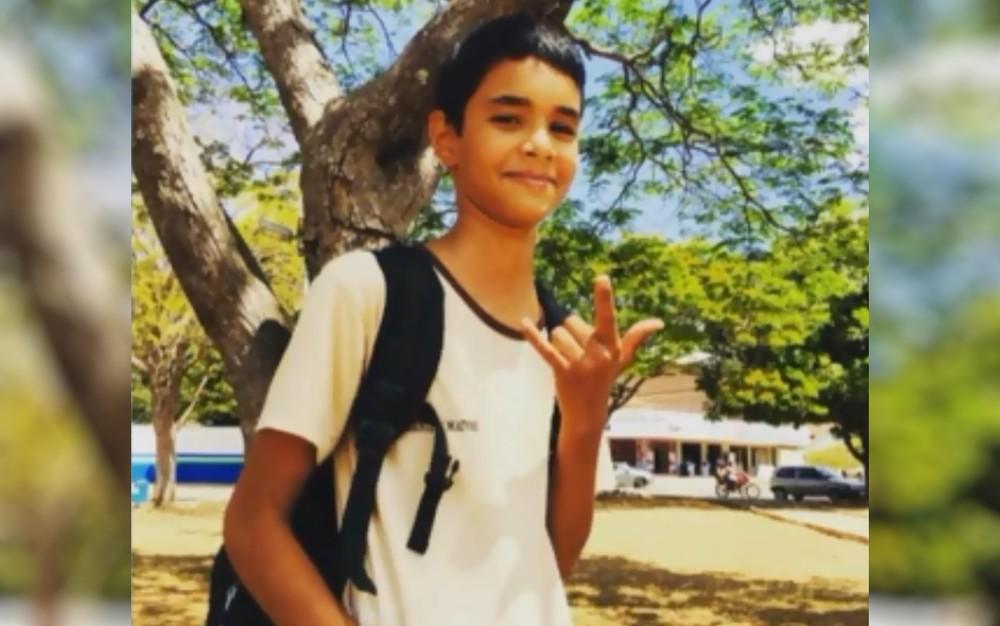 Menino caiu com a barriga em cima do guidão e morreu, em Itapaci — Foto: Reprodução/TV Anhanguera