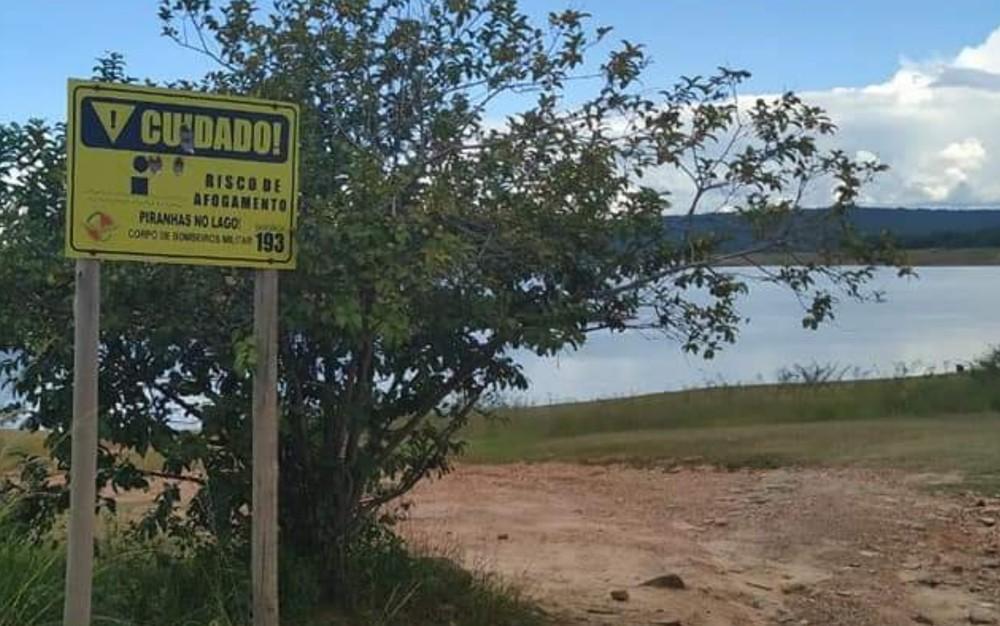 Placa alerta também para perigo de afogamento no Lago Corumbá — Foto: Divulgação/Smmarh