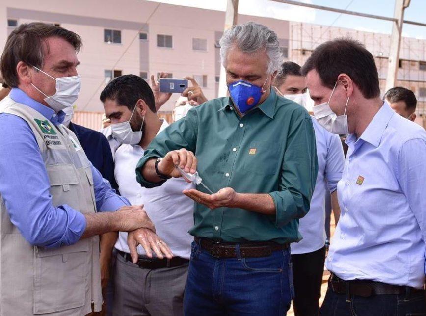 'Tem que haver contaminação total', diz Bolsonaro depois de abraçar Caiado / Passou álcool nas mãos do presidente (Foto: Divulgação / Poder360)